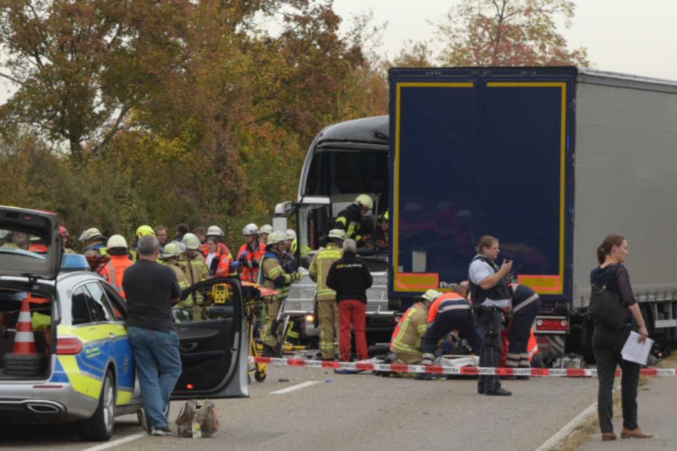 Der Reisebus kam auf die Gegenfahrbahn und stößt frontal mit einem LKW zusammen.