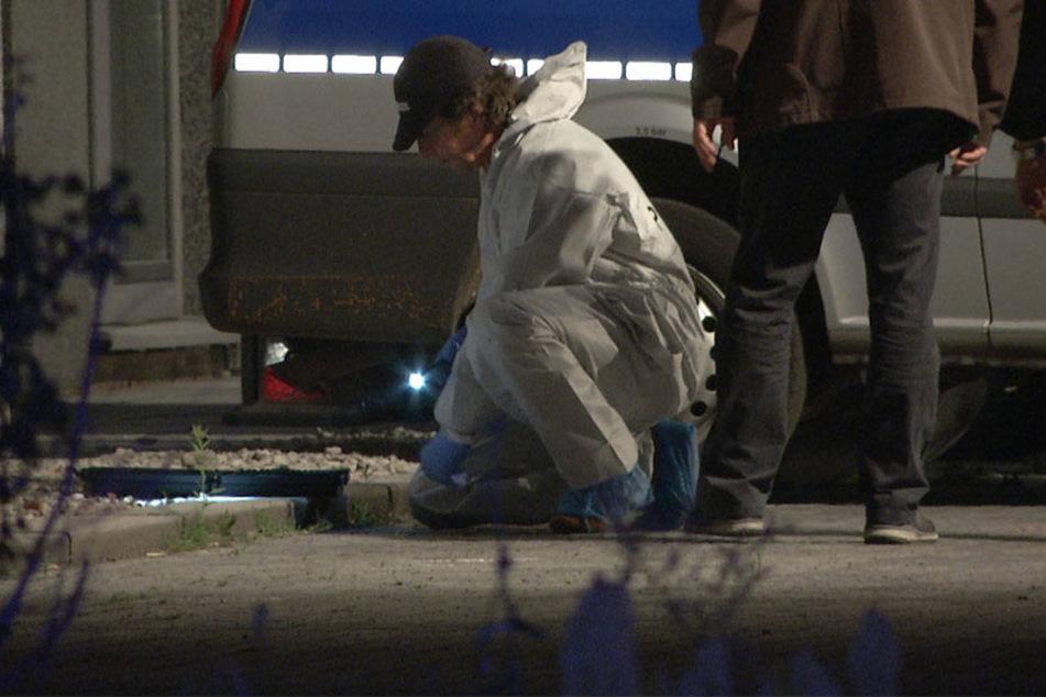Arbeit vor der Haustür: Ein Kripo-Beamter dokumentiert den Anschlagsort vor dem Behördenzentrum Paunsdorf.