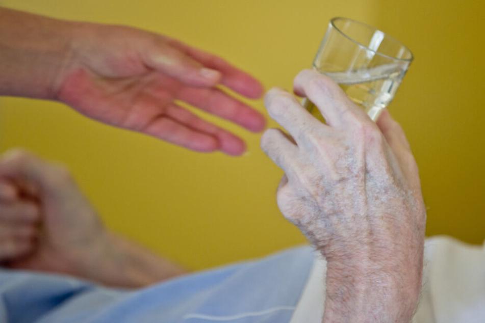 Viele Menschen sind im Alter auf Hilfe oder Pflege angewiesen. (Symbolbild)