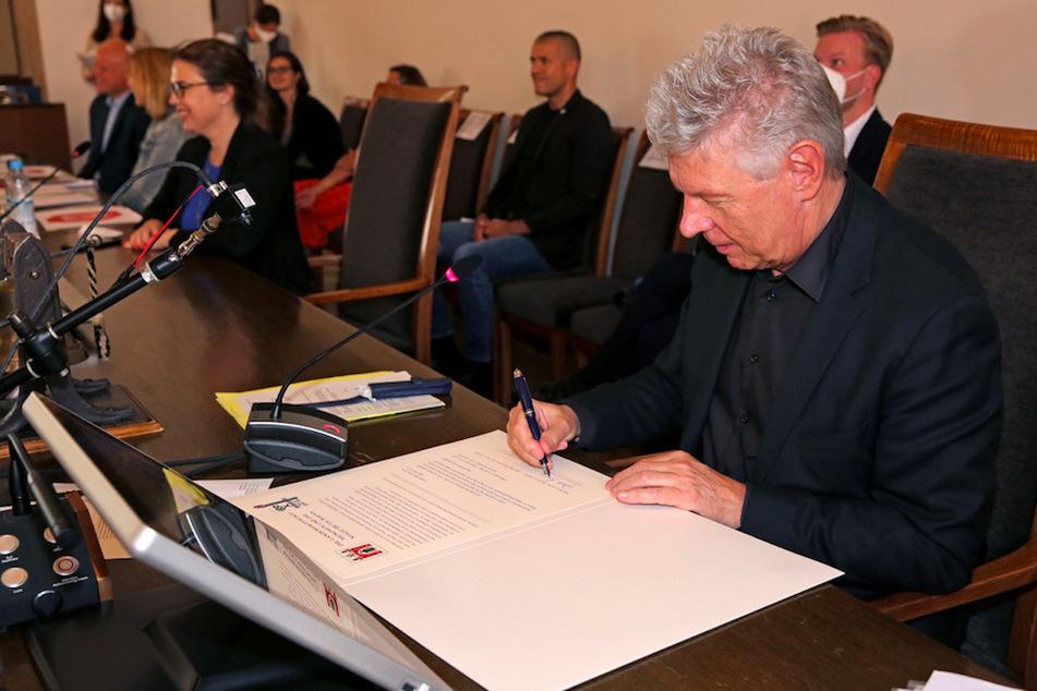 Münchens Oberbürgermeister Dieter Reiter (63, SPD) unterzeichnet die Partnerschaftsurkunde.
