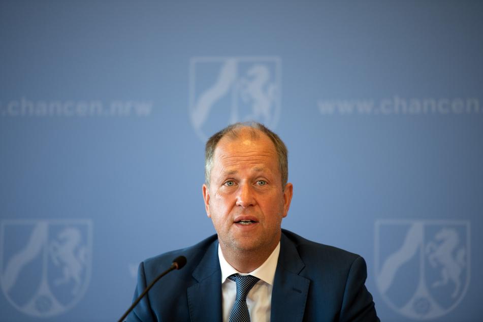 NRW-Ministerpräsident Joachim Stamp (FDP) hat Familien eine Bildungs- und Betreuungsgarantie trotz Corona-Krise ausgesprochen.