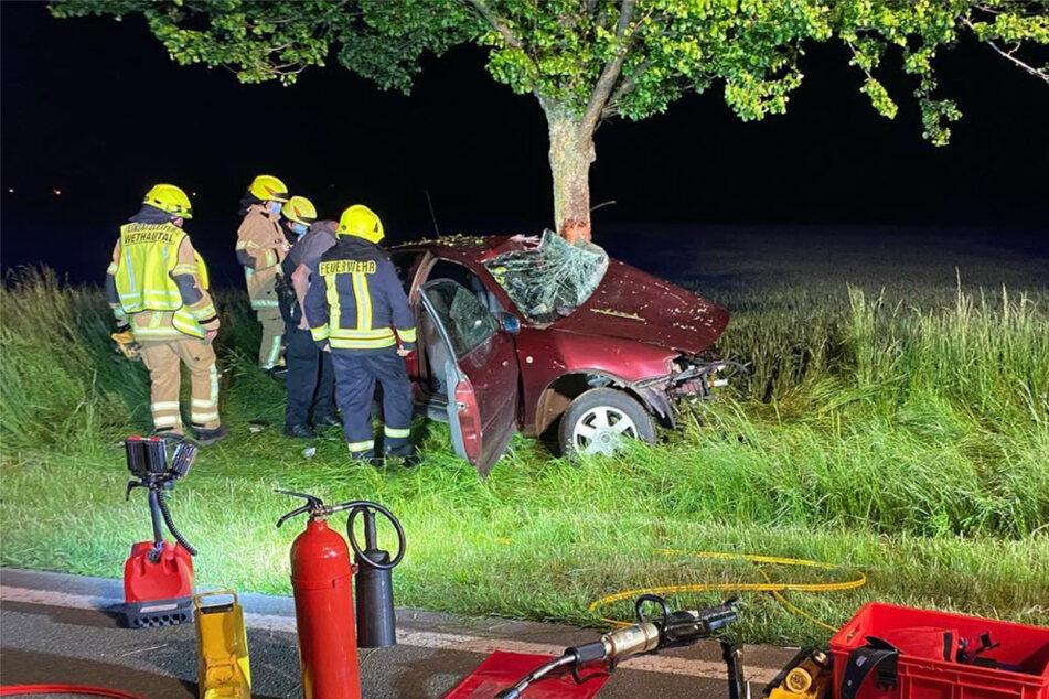 Aus bislang unbekannter Ursache ist ein 36-jähriger Autofahrer von der Fahrbahn abgekommen und gegen einen Baum geprallt.