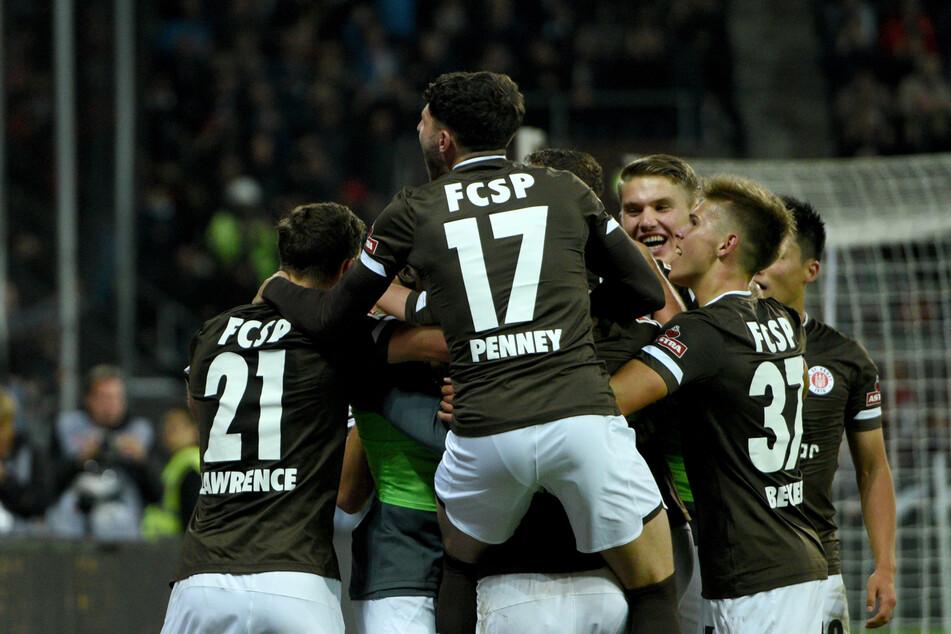 Die Spieler des FC St. Pauli jubeln.