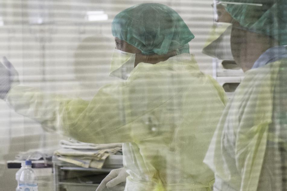 In Bayern ist ein sechster Mensch aufgrund des Coronavirus gestorben. (Symbolbild)