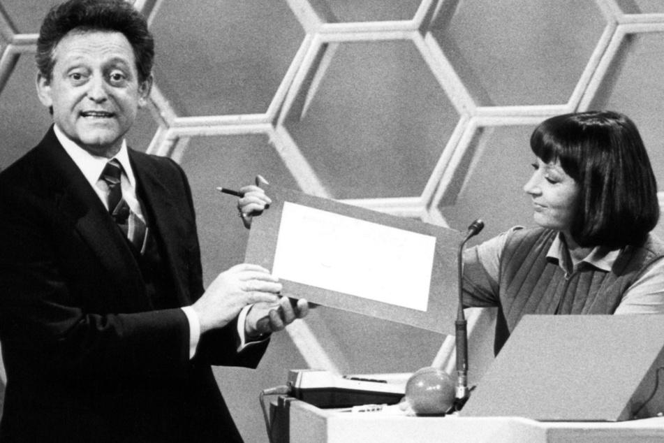 """Entertainer Hans Rosenthal und Jurymitglied Brigitte Xander in einer Ausgabe der Fernseh-Ratesendung """"Dalli Dalli"""". (Archivbild)"""
