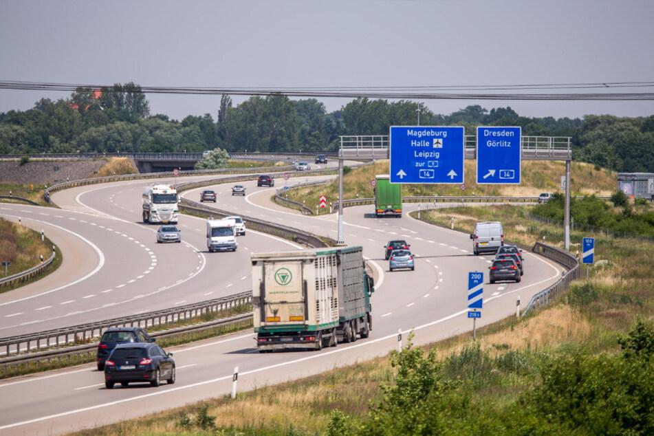 Auf der A14 kam es zu einem Unfall, bei dem zwei Menschen verletzt und zahlreiche Autos durch umherfliegende Trümmerteile in Mitleidenschaft gezogen wurden. (Archivbild)