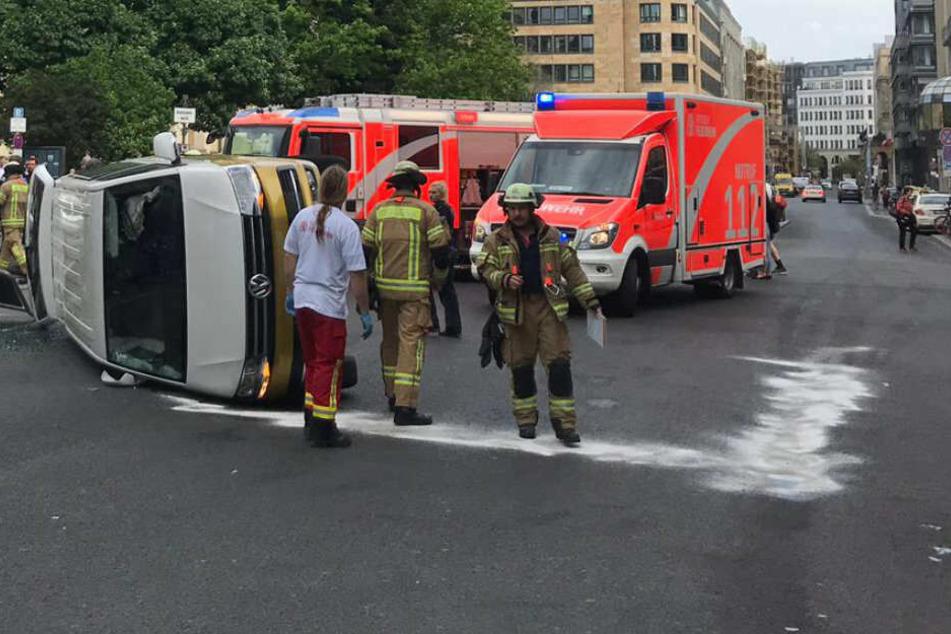 Heftiger Unfall in Mitte: Transporter landet auf der Seite