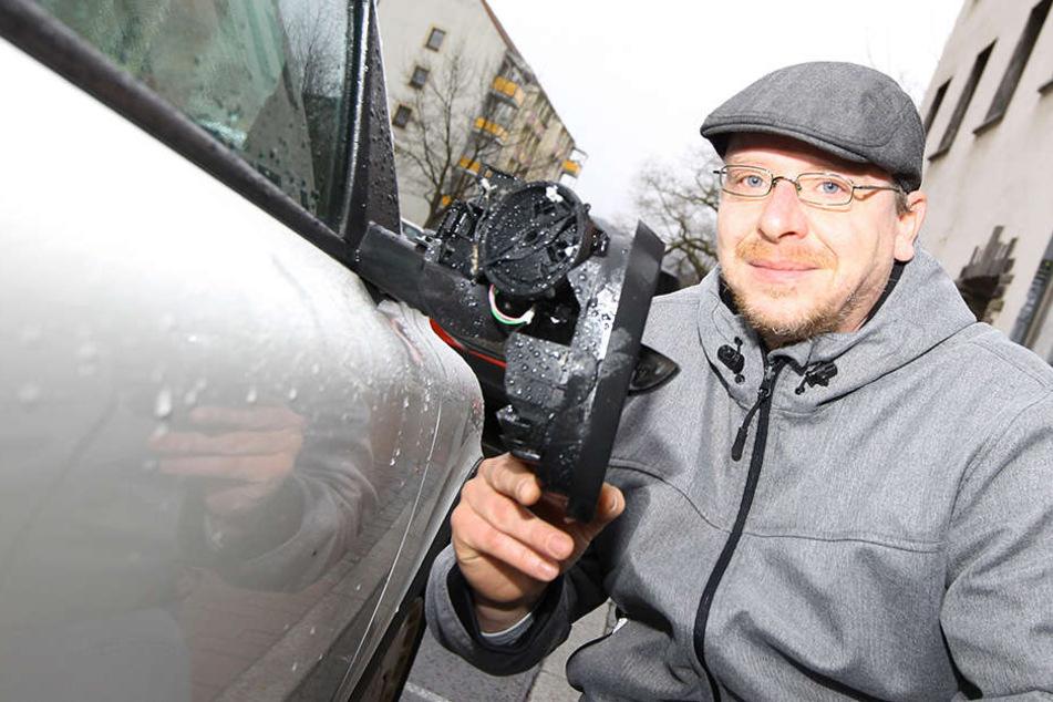 Ralf Gerstner an seinem kaputten Auto. Ein Randalierer hatte reihum 31 Spiegel abgetreten.