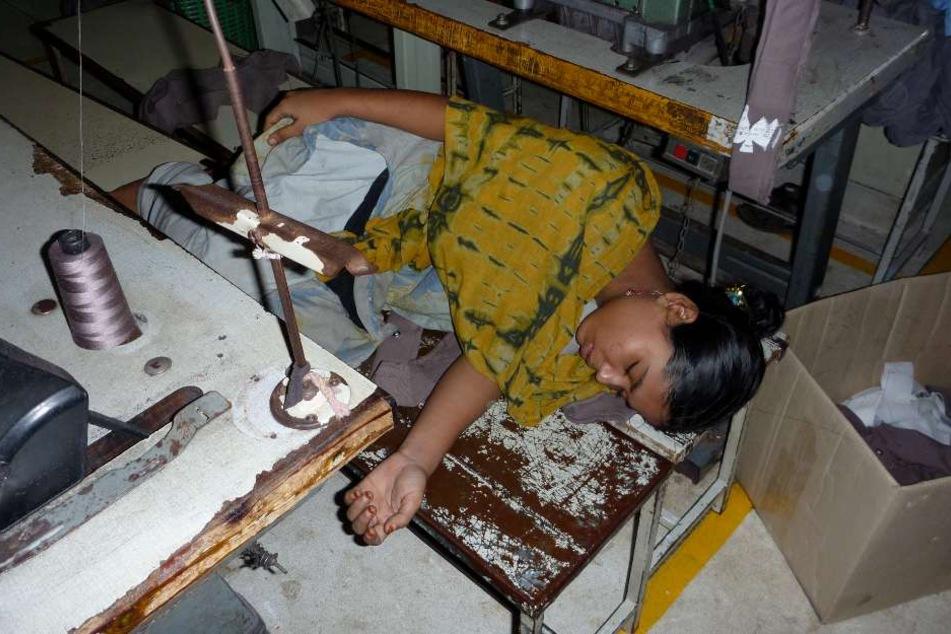 Ein Bild der Erschöpfung: In der Mittagspause schlafen die Arbeitnehmer regelmäßig vor Erschöpfung ein.