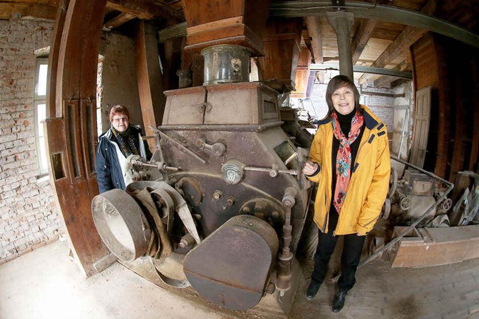 Mammutprojekt: Brigitte Pfüller (63, r.) und Gisela Bauer (64) vom Förderverein vor der historischen Mühlenanlage im Hausinneren.