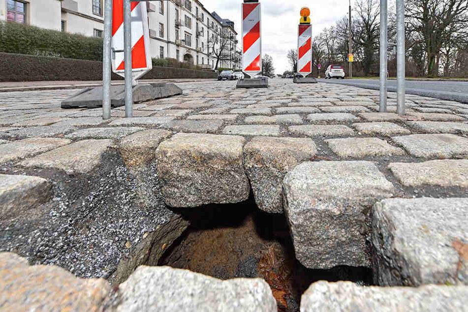 Dieses Loch tut sich momentan auf der Stauffenbergallee auf.