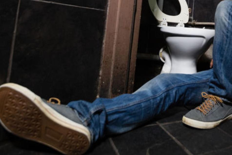 Die Polizeibeamten fanden den Mann auf dem Boden einer Gaststätte in Mannheim. (Symbolbild)