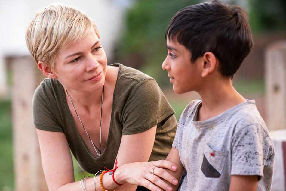 Isabel (l., Michelle Williams) hängt an ihrem Ziehkind Jai (Vir Pachisia).