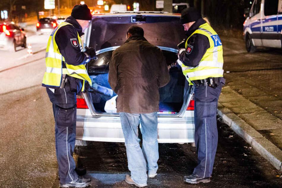 Als die Polizeibeamten den Kofferraum öffneten, fanden sie einen schlafenden Mann vor. (Symbolbild)