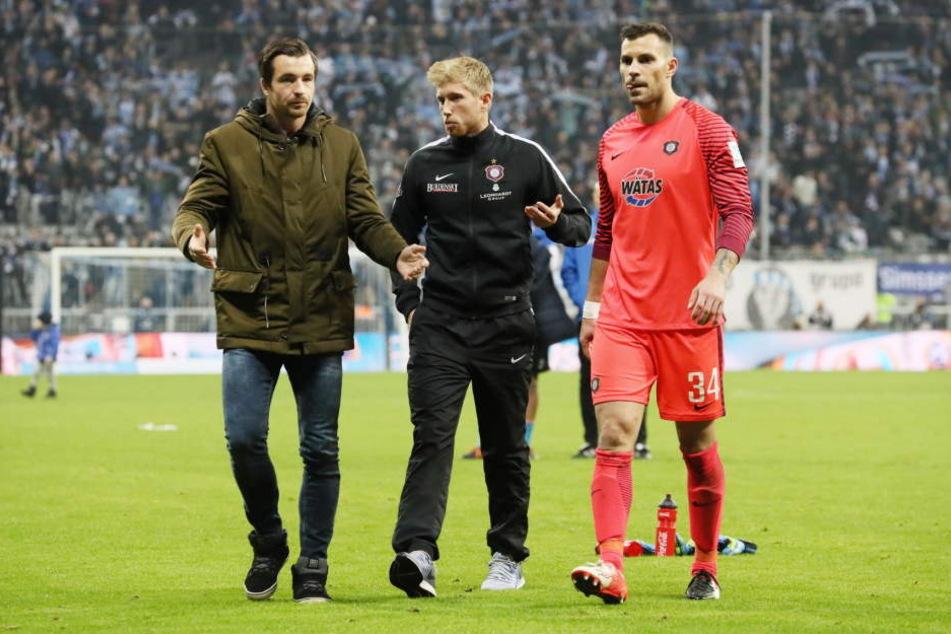 Während seiner Verletzungszeit gab Martin Männel (l.) seinem Torhüter-Kollegen Daniel  Haas (M.) immer wieder Tipps.