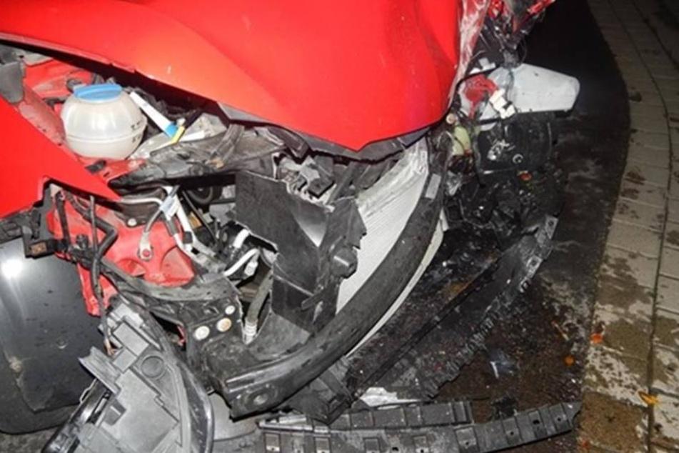 Völlig zerstört: Der Wagen musste abgeschleppt werden.