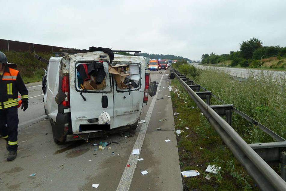 Der Opel-Transporter überschlug sich mehrmals.