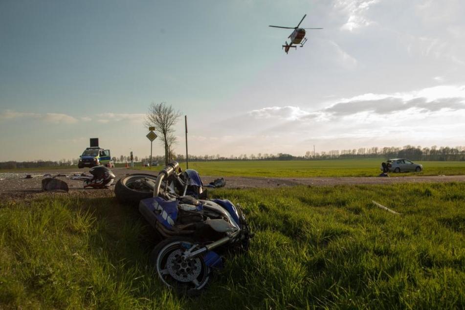 Der Motorradfahrer wurde mit dem Rettungshubschrauber ins Krankenhaus gebracht.