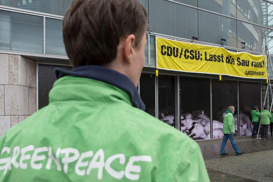 Greenpeace-Aktivisten demonstrieren vor der CDU-Zentrale für ein Umdenken in der Agrarpolitik.