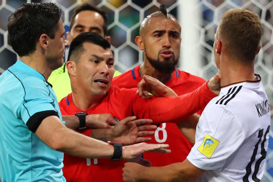 Bei Bayern München in einer Mannschaft, beim Confederations Cup Gegner: Arturo Vidal (2.v.r.) und Joshua Kimmich (r.)