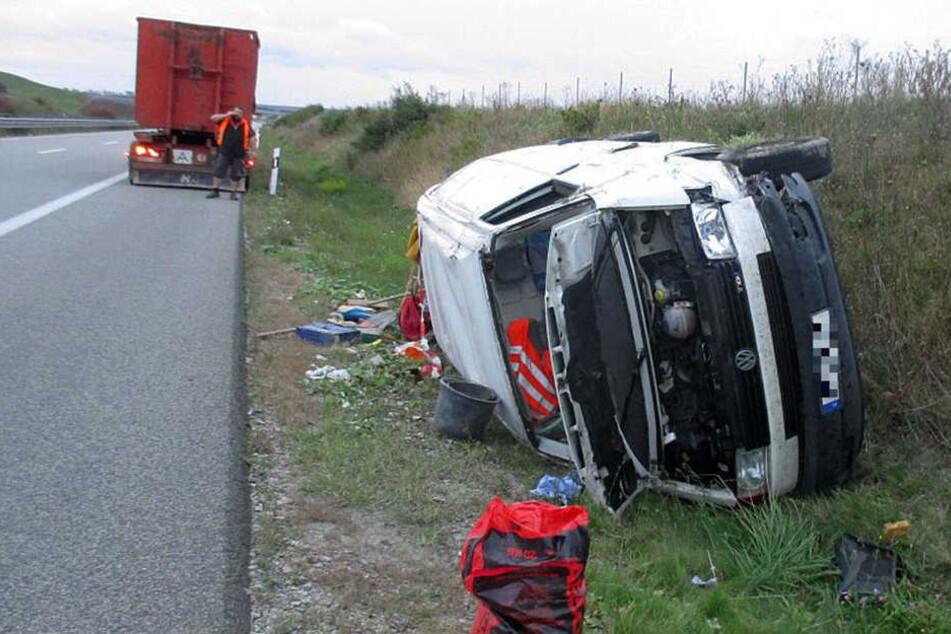 Der Transporter kippte auf die Seite und rutschte über die Autobahn.