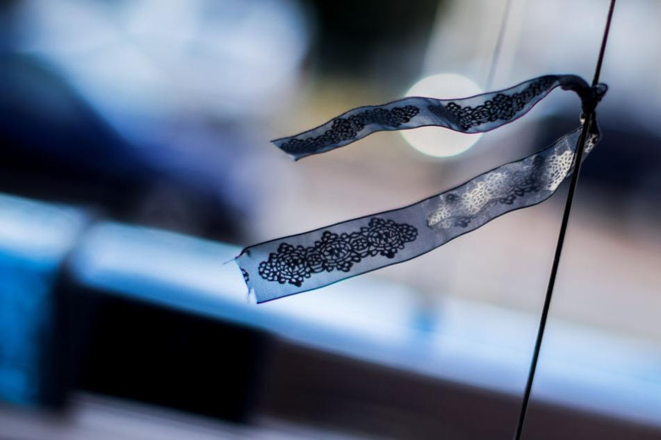 Trauerflor an einem Polizeiauto (Symbolbild).