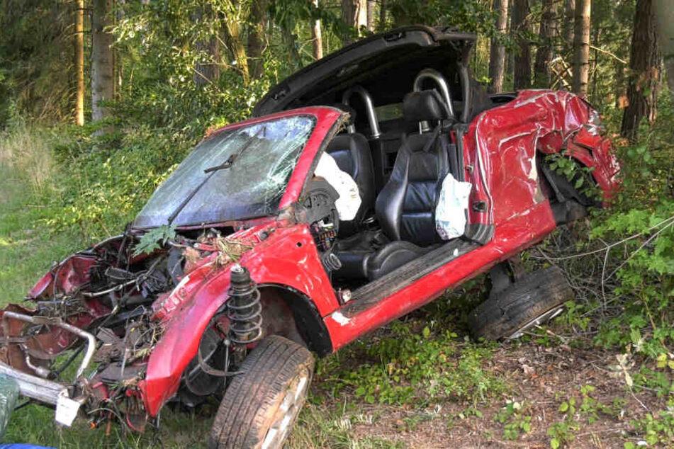 Der Fahrer des Cabrios starb noch an der Unfallstelle.