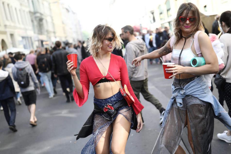 """Zwei Frauen feiern am 1. Mai auf dem Kreuzberger """"Myfest""""."""