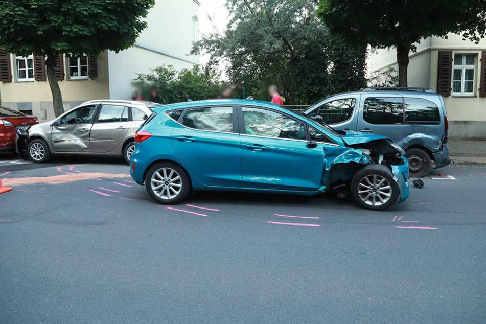 Das Fahrzeug war auf der Hechtstraße in gleich mehrere Autos gekracht.