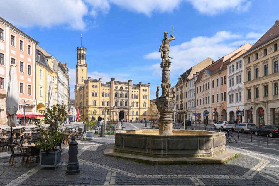 Den hübschen Marktplatz mit Marsbrunnen und Neorenaissance-Rathaus gibt's schon. Die Dreiländerbrücke plant Zittau erst noch zum Titel.