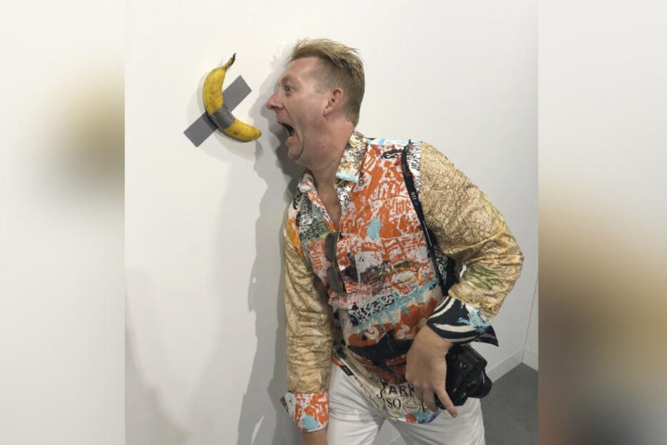 Auch Rene König (46) entwickelte angesichts der schrägen Bananen-Installation auf der Kunstmesse in Miami Appetit.