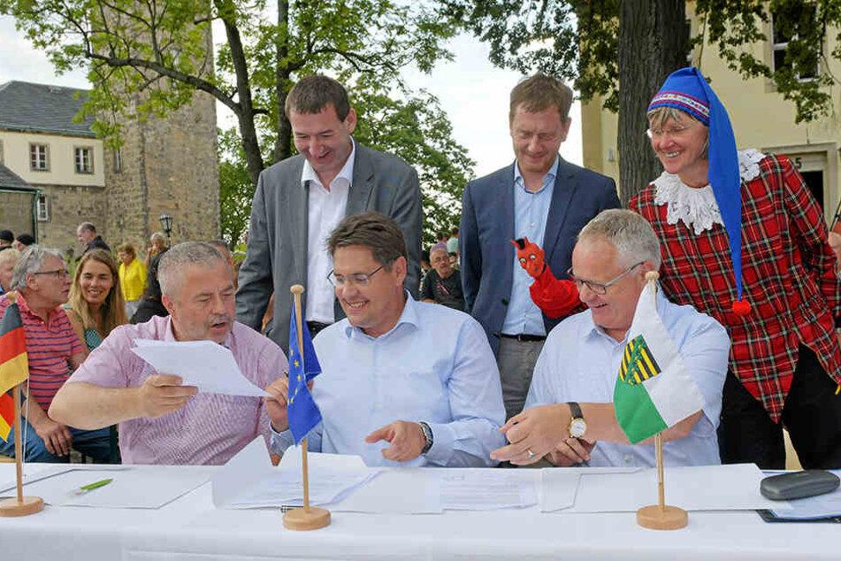 Landrat Michael Geissler (59, CDU, vorn, links) Hohnsteins Bürgermeister Daniel Brade (38, SPD, vorn, Mitte), Sachsens Ministerpräsident Michael Kretschmer (44, CDU, hinten, Mitte) und andere Vertreter unterzeichneten die Absichtserklärung.