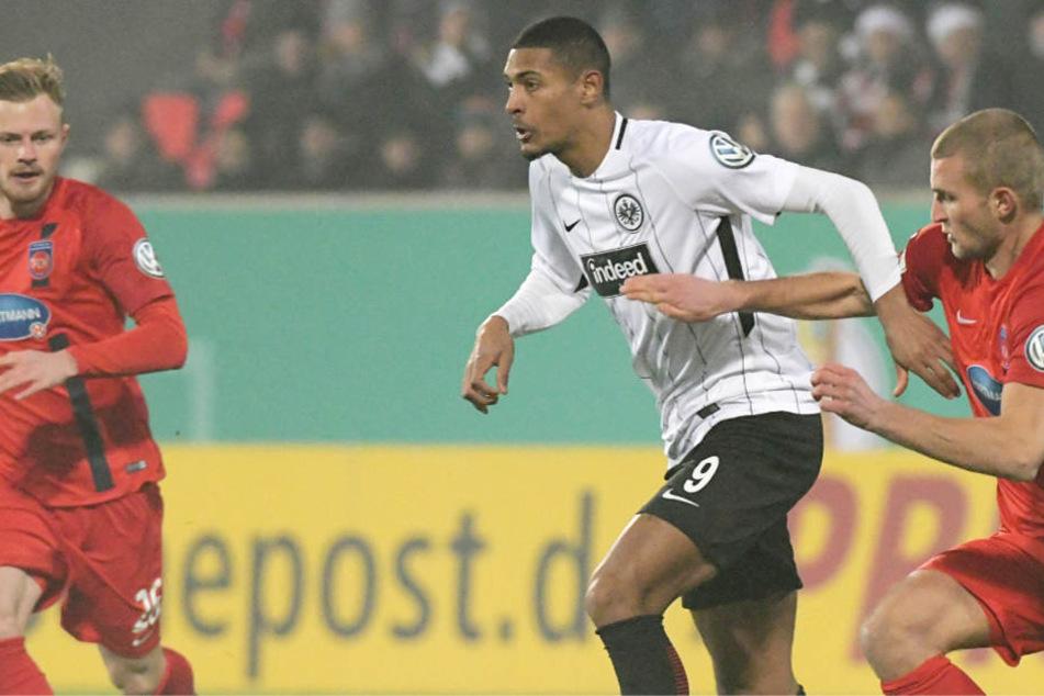 Timo Beermann (r) und Frankfurts Sebastien Haller kämpfen um den Ball.