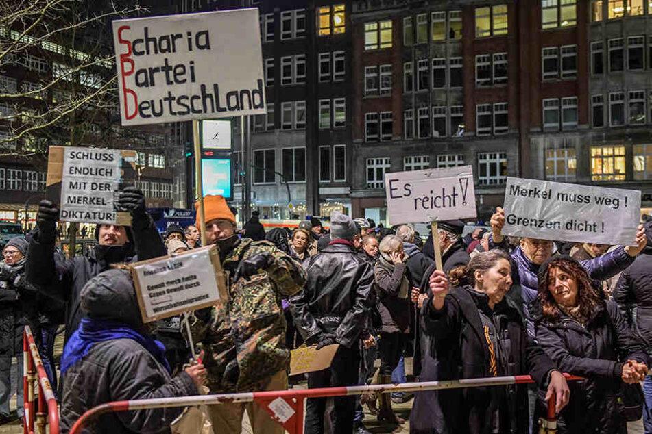 Die Demonstrationen gegen Angela Merkel in Hamburg sollen am Mittwoch wieder aufleben (Archivbild).