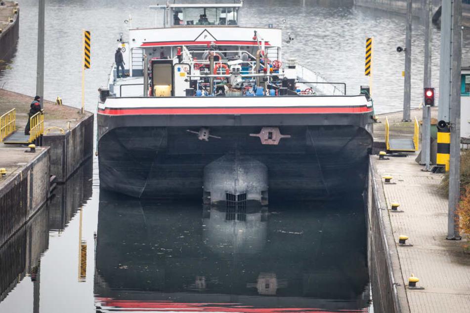 Ein vorbeifahrendes Tankschiff sorgte dafür, dass das Boot mit Wasser volllief (Symbolbild).