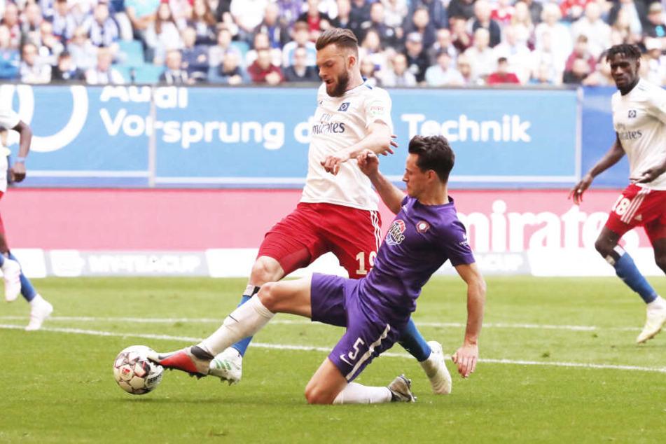 Clemens Fandrich (r.) freut sich auf die kommende Saison. Er wird erneut auf HSV-Stürmer Manuel Wintzheimer treffen.