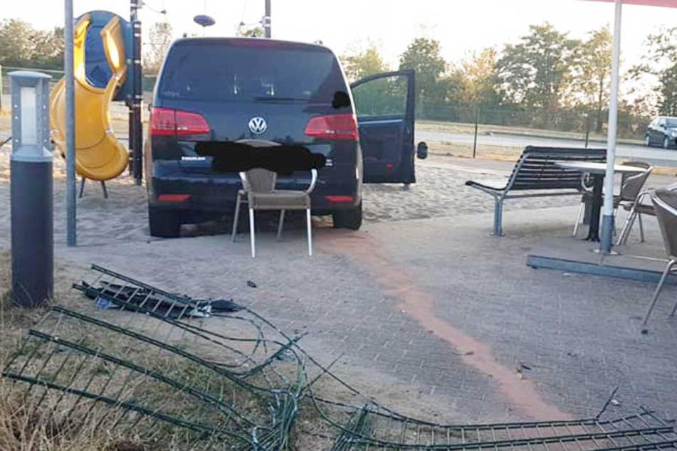 Frau rast mit VW auf A9-Rastplatz in Spielplatz
