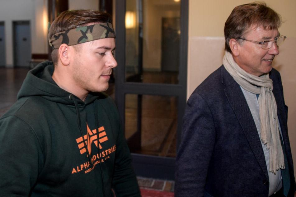 """Rustem Ramaj alias Leon Machère (links), mit seinem Anwalt Norbert John bei einem Gerichtstermin. Damals ging es um einen """"Polizei-Prank""""."""