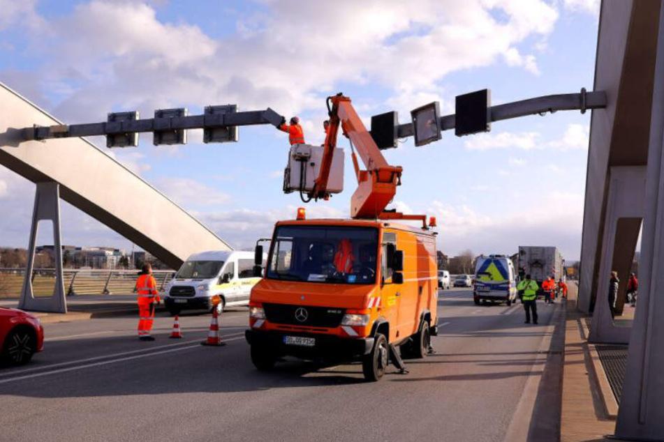 Die Einsatzkräfte kümmern sich auch um die beschädigten Anzeigetafelmasten auf der Brücke.