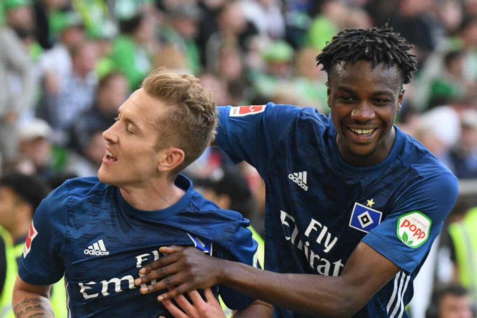 Da konnten sie noch gemeinsam jubeln: Gideon Jung (rechts) und Lewis Holtby nach einem Tor von Holtby gegen Wolfsburg (Archivbild).