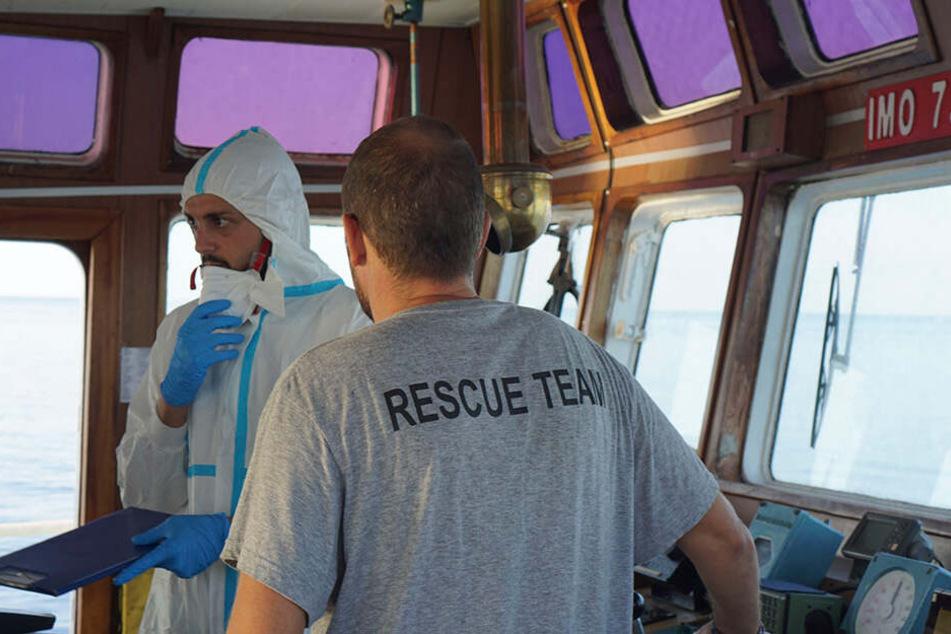 """Vor Lampedusa harrt derzeit das spanische Rettungsschiff """"Open Arms"""" mit Dutzenden geretteten Migranten aus."""