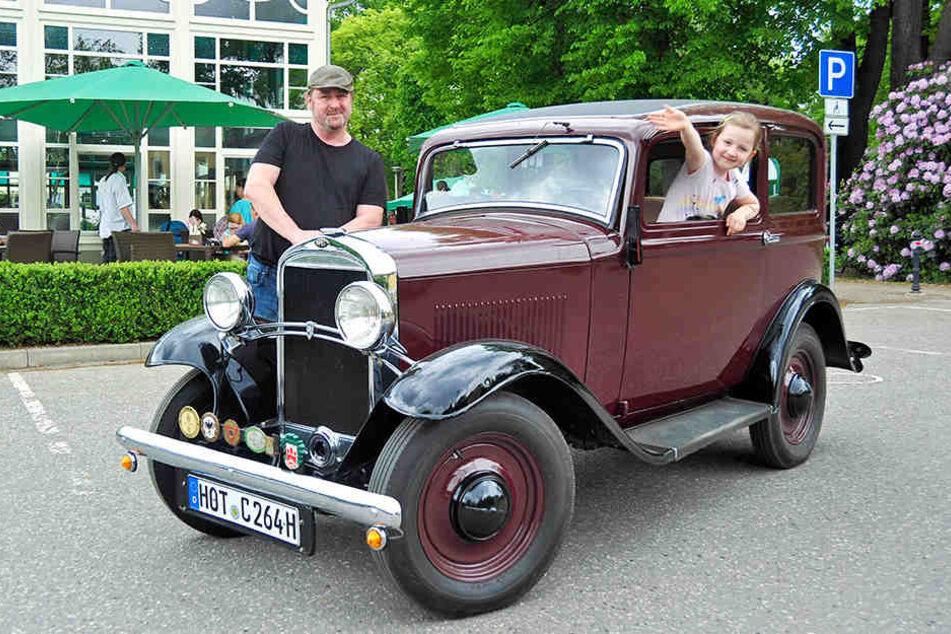 Mario Heinzig und Tochter Christina mit Opel von 1935.