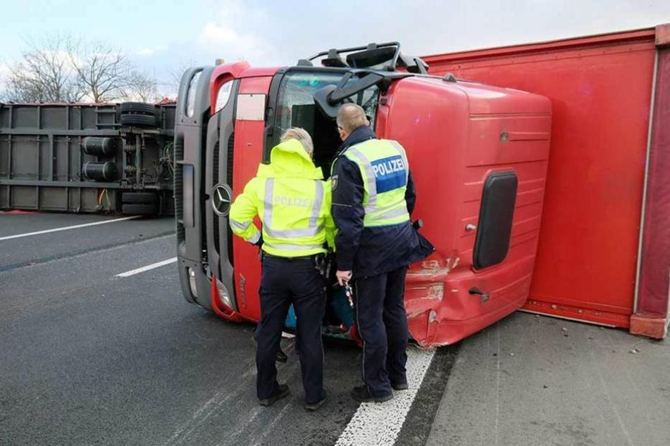 Ein Lastwagen ist bei Bonn (Nordrhein-Westfalen) auf der Autobahn 555 umgestürzt.