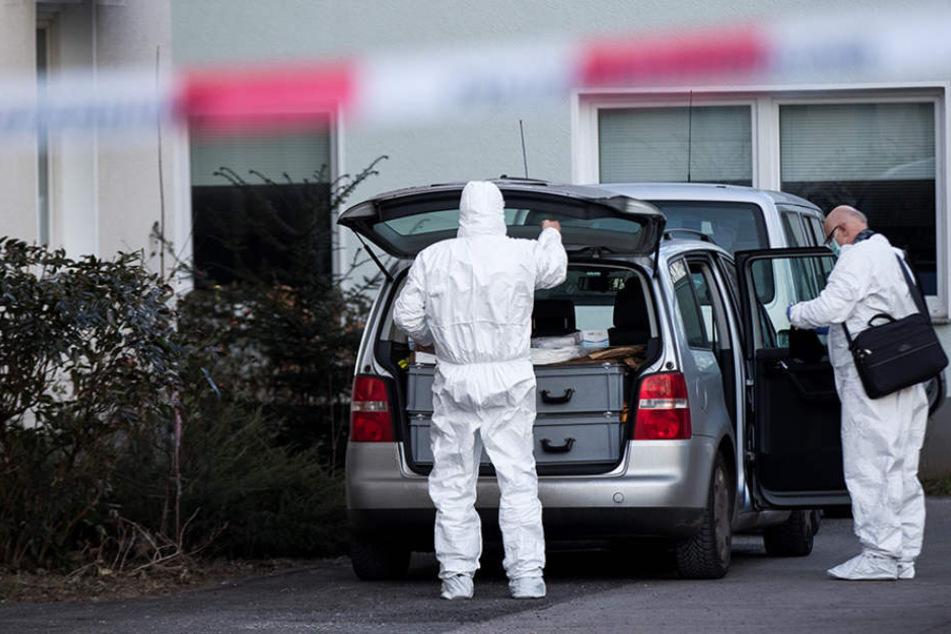 Beamte der Spurensicherung am Tatort. (Symbolbild)