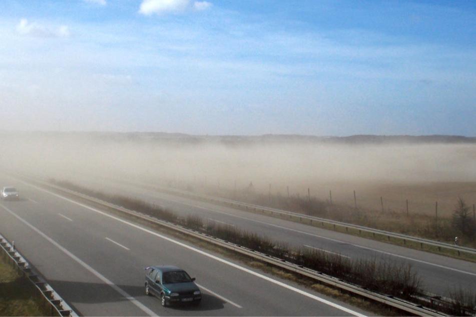 Ein Sandsturm mit starker Sichtbehinderung über die Autobahn A20 bei Bad Doberan westlich von Rostock.