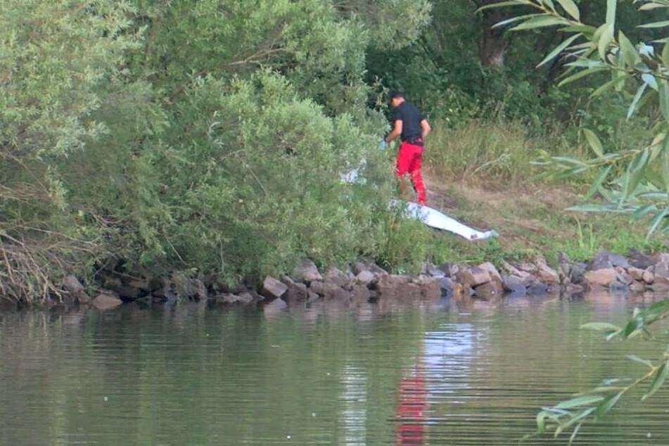 Die Leiche des Mannes wurde aus dem Wasser gezogen.