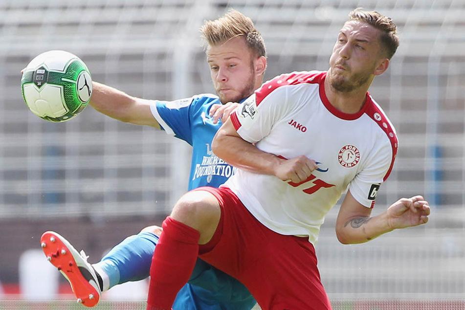 Zweikampf in Jena: Guillaume Cros vom FCC gegen den Kölner Robin Scheu.