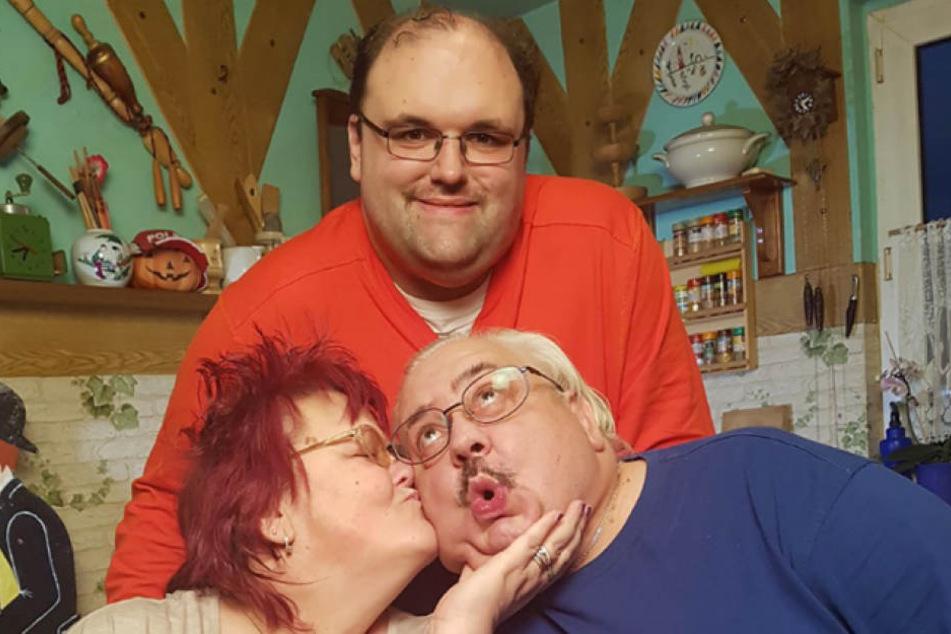 Ingo (26, oben) macht sich auch in diesem Jahr wieder mit seinen Eltern Birgit und Lutz auf die Suche nach der Frau fürs Leben.