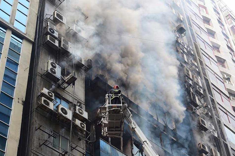 Dichter Rauch quillt aus dem 19-stöckigen Hochhaus in Dhaka.