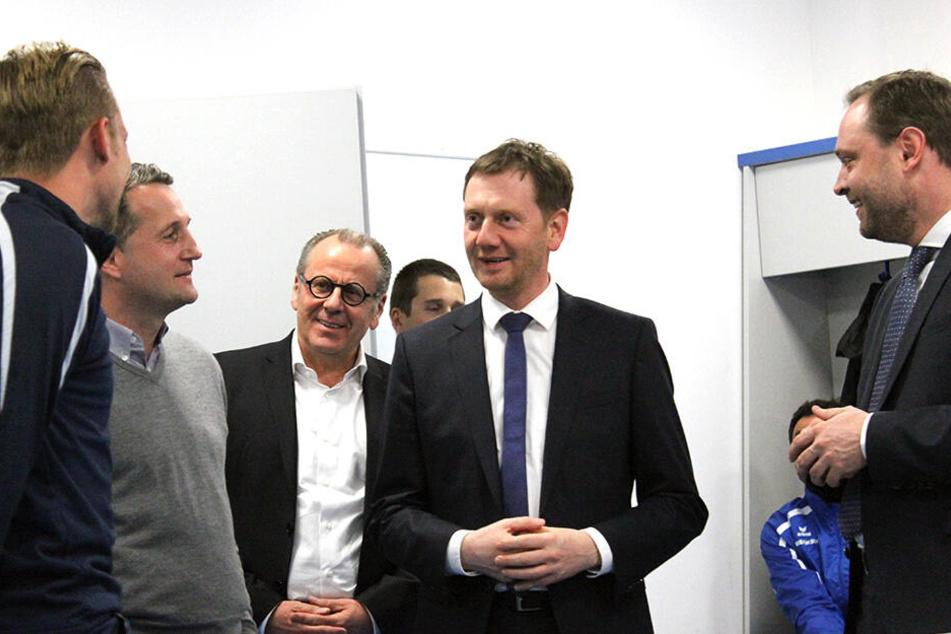 Auf dem Foto sind Kapitän Dennis Grote, CFC-Sportvorstand Thomas Sobotzik, Insolvenzverwalter Klaus Siemon und MP Michael Kretschmer (v.l.) zu sehen.